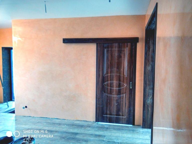 Отделка прихожей холла дома венецианской штукатуркой