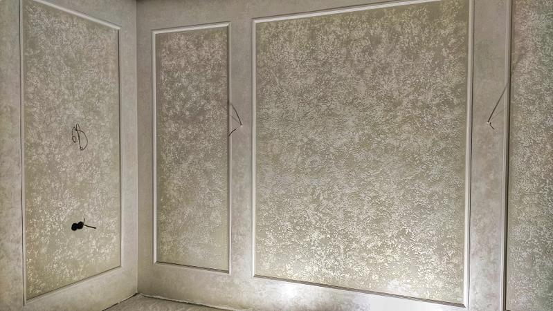 Отделка гостиной в Уфе декоративной штукатуркой мокрый шёлк