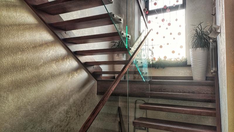Отделка лестницы декоративной штукатуркой